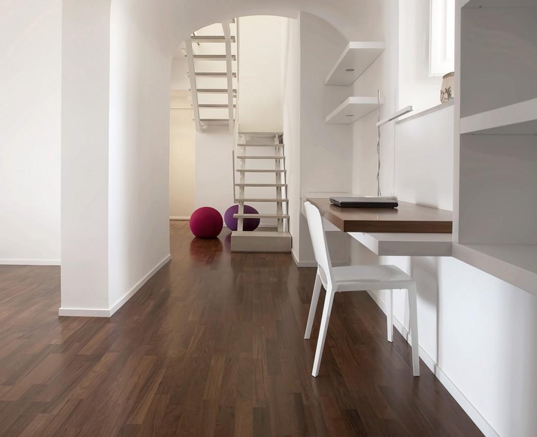 Casa de by francesco nicita homeadore for Puertas y paredes blancas