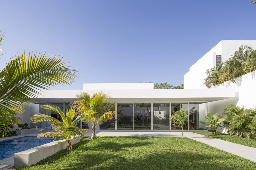 Wide House by Augusto Quijano Arquitectos